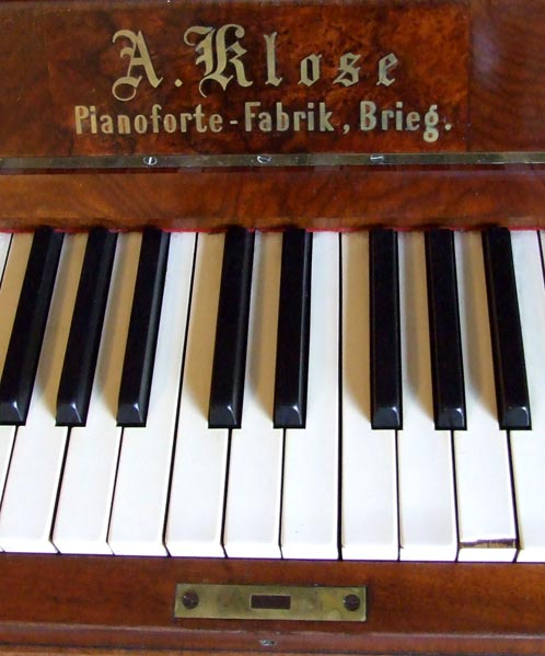Yes, this is actual photo of the piano.